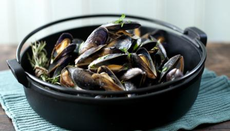 Moules marinire with cream, garlic and parsley