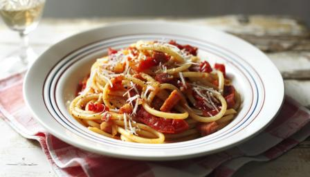 Pasta with chilli, bacon and tomato sauce