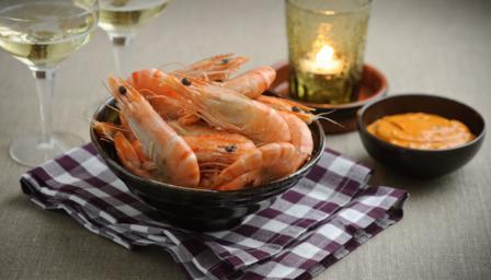 Prawns with spicy dipping sauce