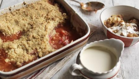 Rhubarb crumble and cream