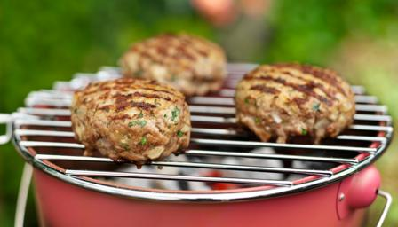 Spicy lamb burgers with coriander, tomato and yoghurt relish