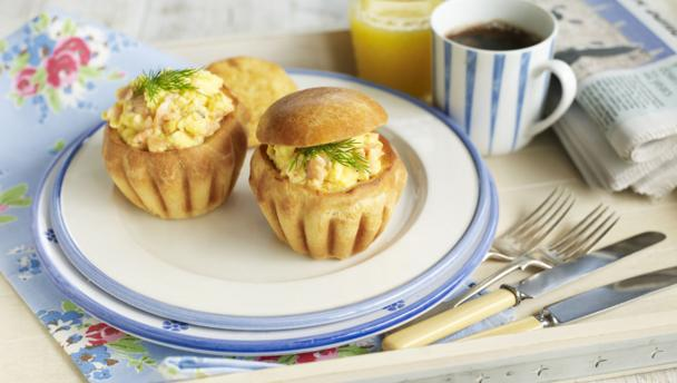 Scrambled eggs with smoked salmon and brioche