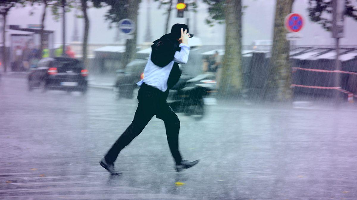 Почему человек идет без зонта 100 к 1 ответ
