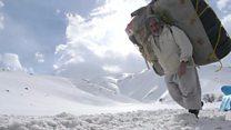 Neve e centenas de quilos nas costas: a vida de um contrabandista na fronteira Irã-Iraque
