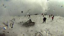 El momento que turistas y un equipo de la BBC les atrapa una potente explosión del volcán Etna