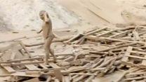 சேற்று வெள்ளத்தில் சிக்கி போராடி தப்பிய பெண்