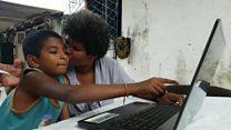 Aos 42 anos, catadora de lixo aprende a ler com filho de 11 anos