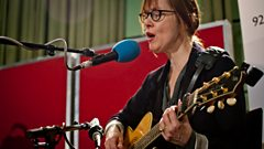 Suzanne Vega sings Tom's Diner