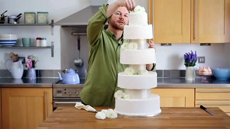 How to ice a cake with royal icing