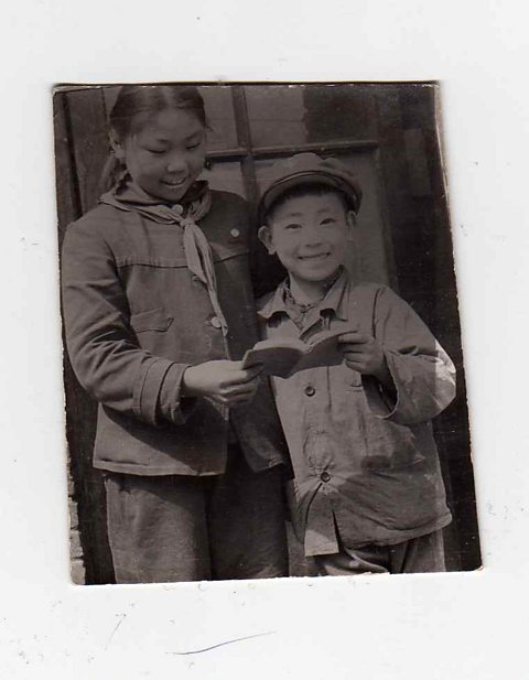 Guo Yue with his sister and the Little Red Book of Mao Zedong Thought.