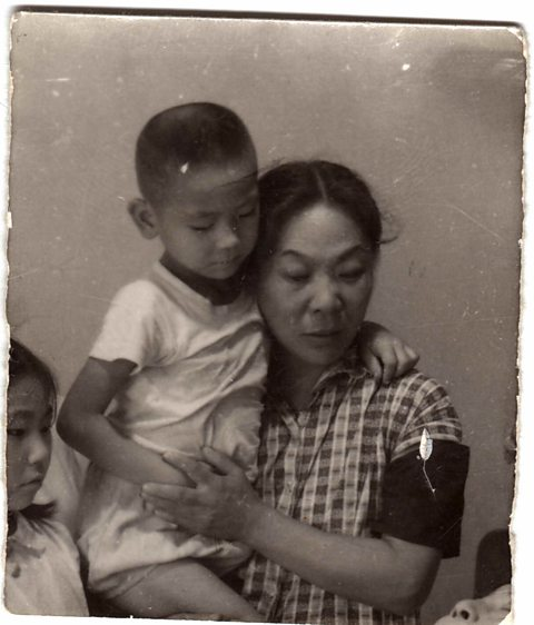 Guo Yue with his mother at his father's funeral.