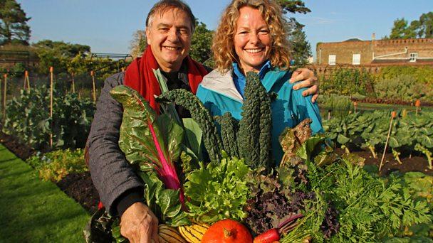 "Los presentadores del programa de BBC2 ""Kew on a Plate"", Raymond Blanc y Kate Humble."