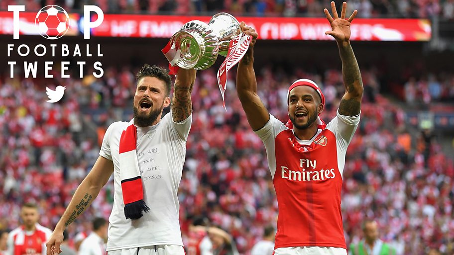 Theo Walcott lifts the fa cup
