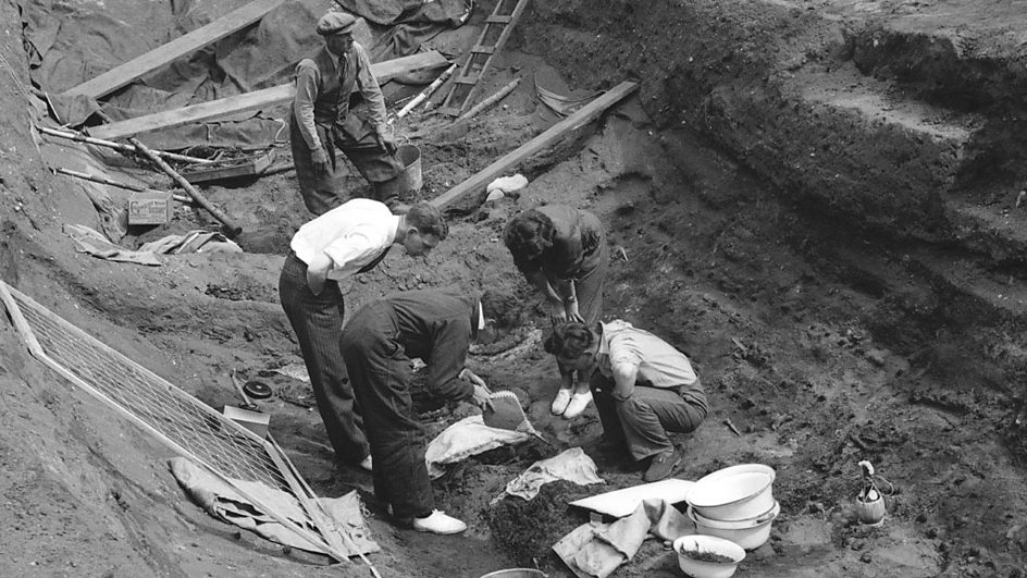 the excavation of sutton hoo An archaeological excavation and research programme was undertaken between 1983 and 1992 today the sutton hoo society trains the guides.