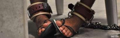 Pies encadenados de un prisionero