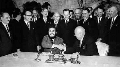 El líder soviético Nikita Jruschov le da la mano a Fidel Castro en el Kremlin en 1964