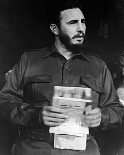 Fidel Castro en uniforme, con documentos en la mano (Nueva York, 1959)