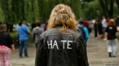 Người mặc áo có chữ 'thù hận' viết sau lưng