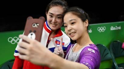 Lee Eun-ju, de Corea del Sur, y Hong Un-jong, de Corea del Norte