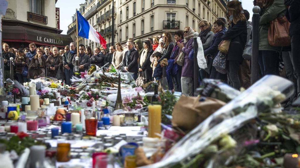 People observe a minute of silence at the Carillon and Le Petit Cambodge in Paris, (16 November 2015)