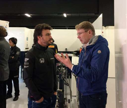 Spotted in the #McLaren garage. Two world champions deep in conversation... #F1Testing #FlyingFinn