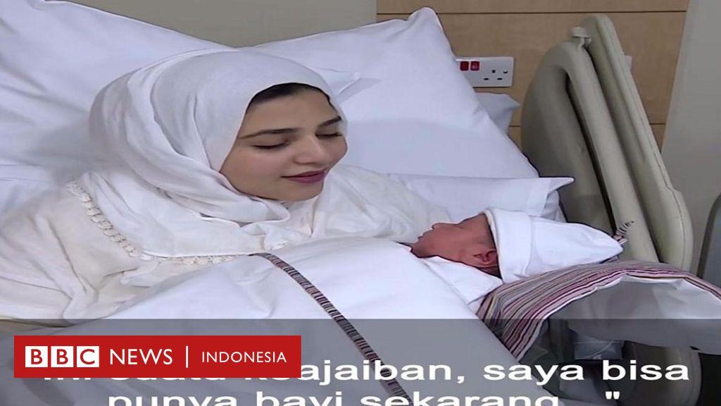 Seorang perempuan melahirkan bayi sehat setelah indung ...