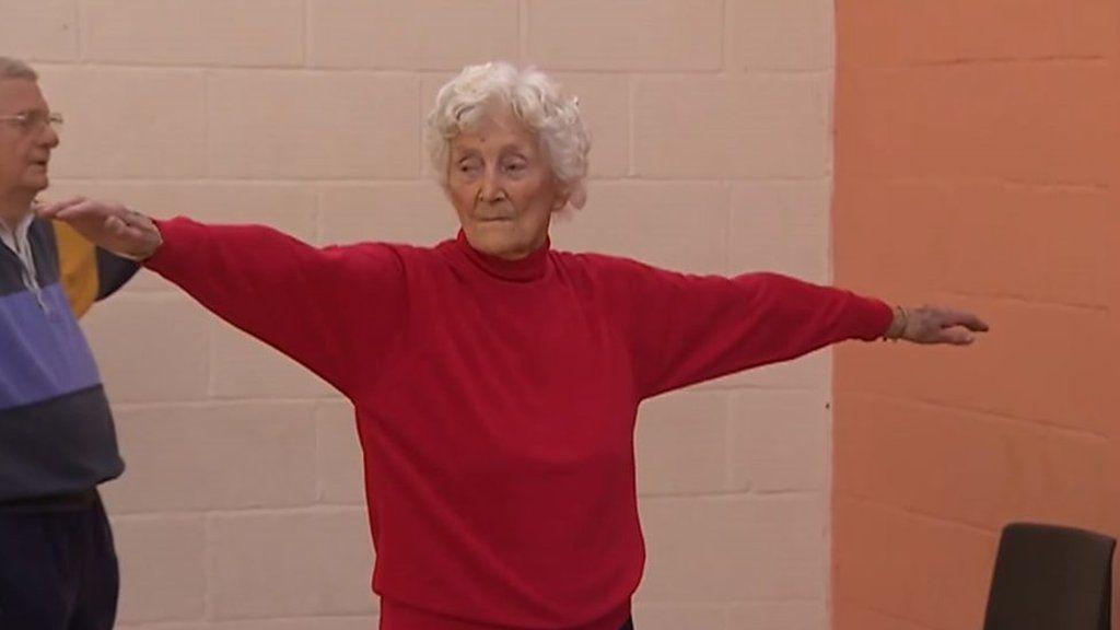 Resultado de imagem para Aos 105 anos, britânica faz ioga, dirige carro e bebe vinho quase todo dia