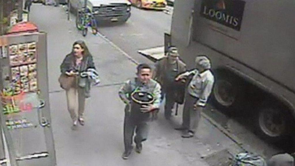 El osado ladrón que se robó un balde repleto de oro a la vista de todos (menos de los guardias de seguridad)