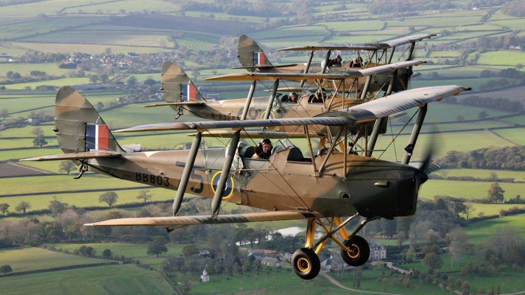 osw.zone Tiger Moth planes to drop poppies on Bovington Tank Museum - BBC News 2015-10-30 10:04:55
