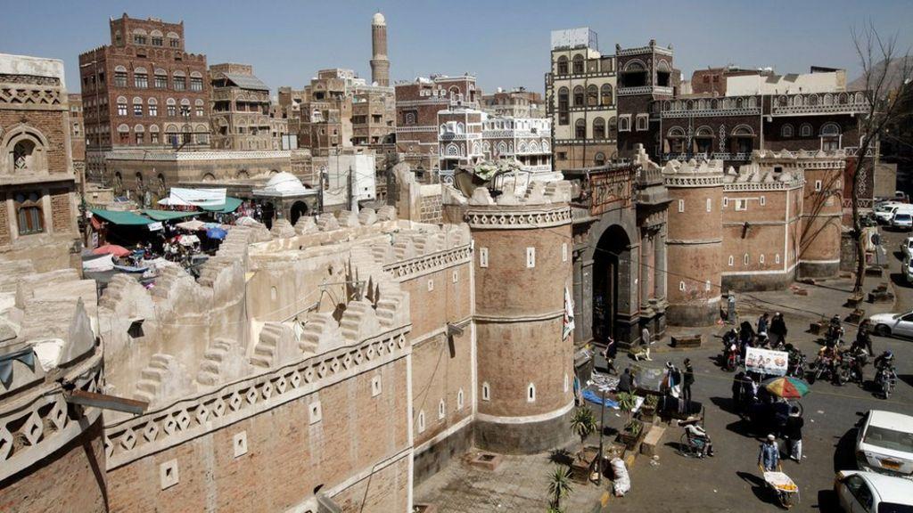 قتلى ومصابون  في غارة جوية على مجلس عزاء في اليمن - BBC Arabic