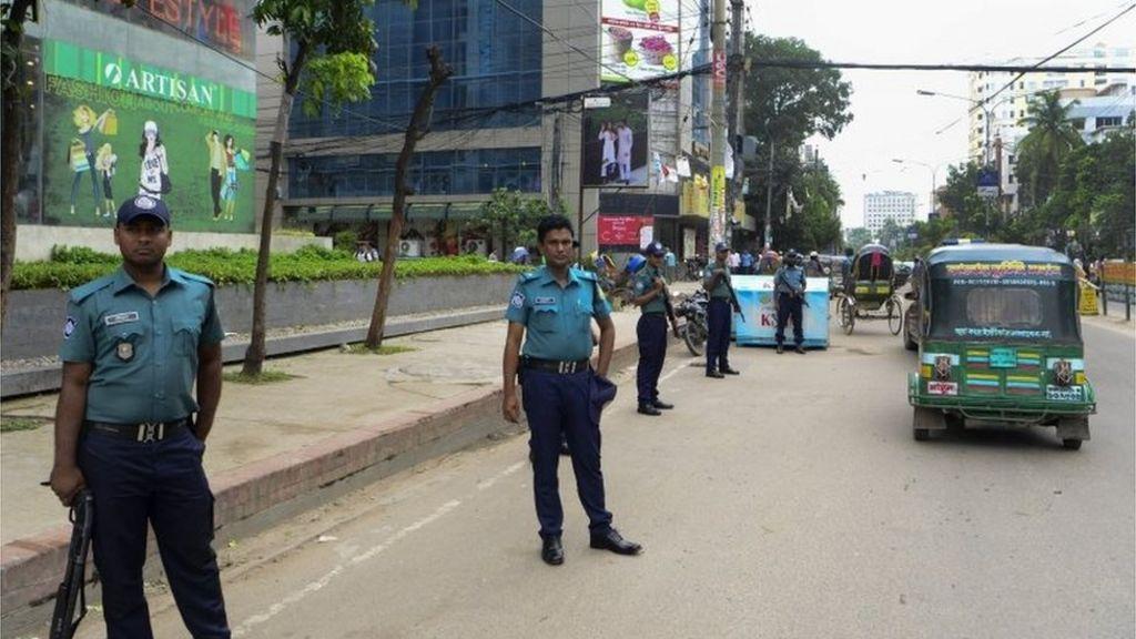 Bangladesh killings: Hindu priest hacked to death - BBC News