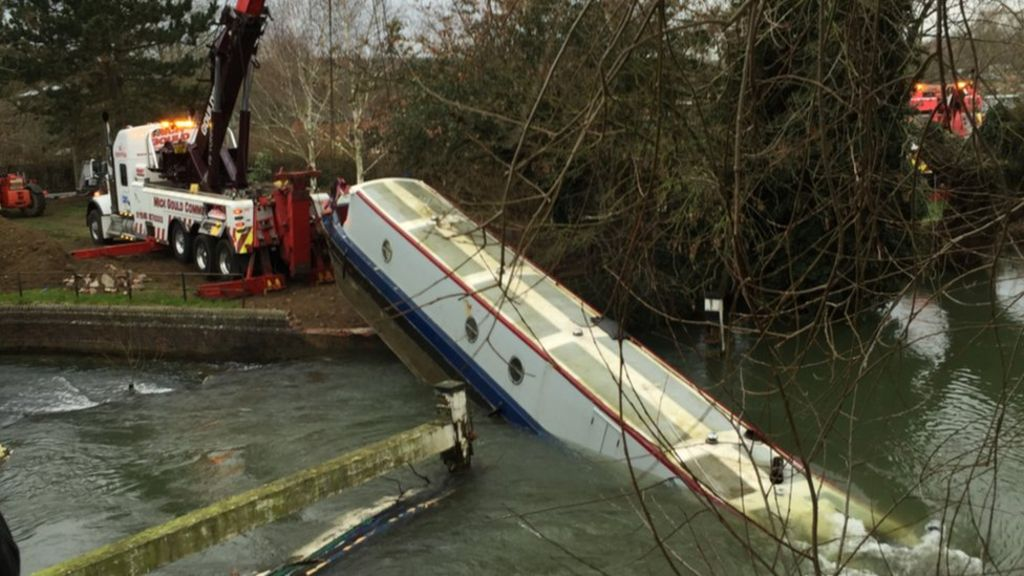 Stranded Oxford Narrow Boat Lifted From Thames By Crane BBC News