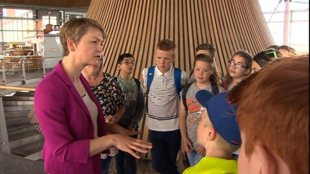 Labour's Yvette Cooper urges stronger links with Wales - BBC News