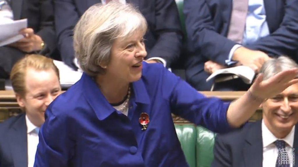 رئيسة الوزراء البريطانية تصف منع الفيفا لاعبي انجلترا واسكتلندا من ارتداء شارة تكريم قتلى الحروب بأنه أمر  شائن  - BBC Arabic