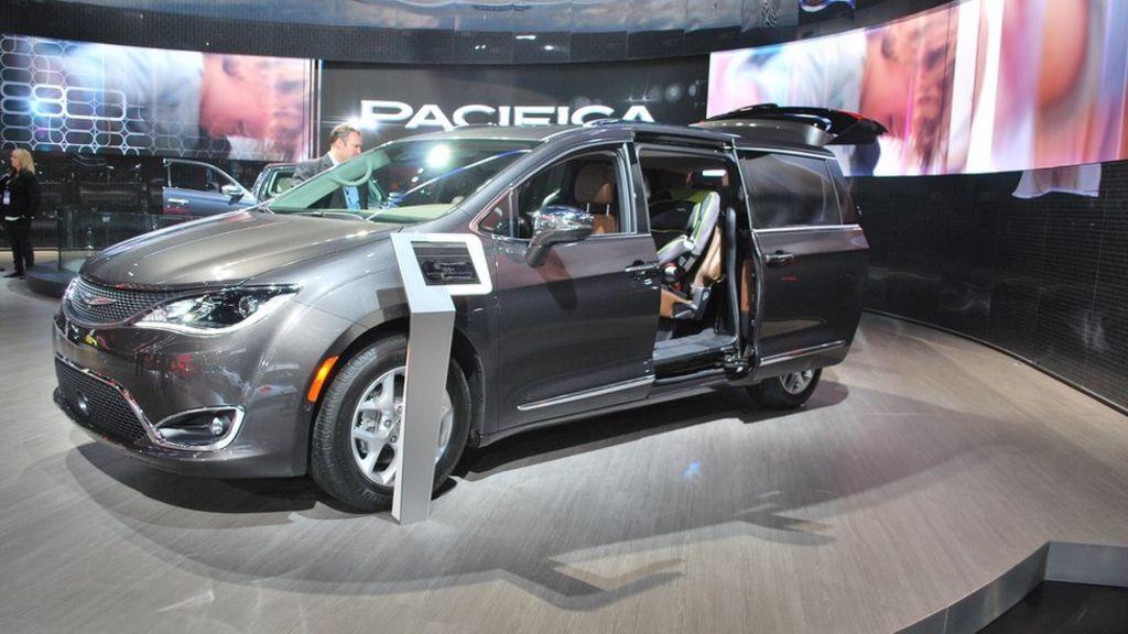 Detroit Motor Show: Oil slide won't halt electric future - BBC News