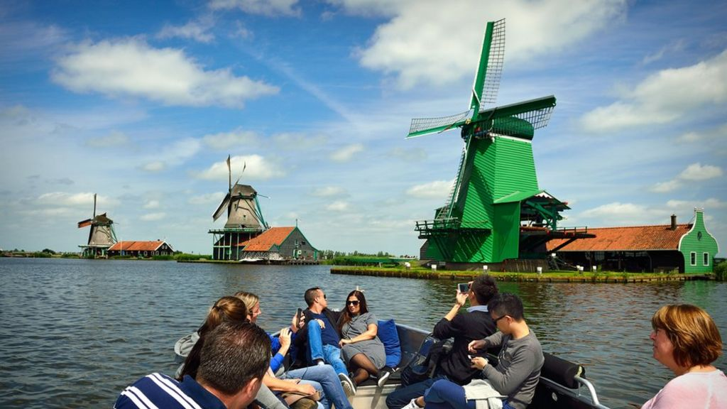 'Rules of conduct' for tourists in historic Dutch towns