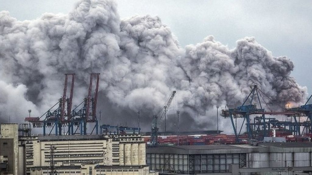 Brazil fire: Explosion unleashes toxic gas in Santos - BBC News