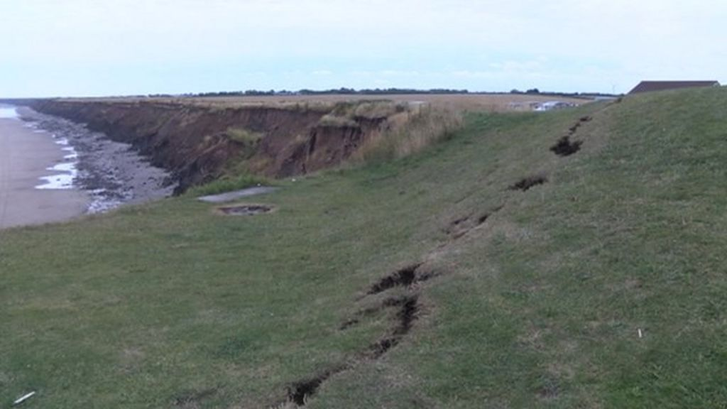 Mappleton beach cliff 'collapse' fears after crack appears - BBC News