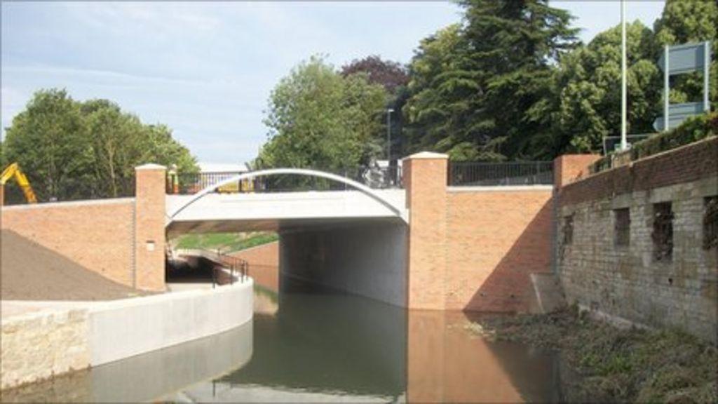 £ 1.8m Stroud Brewery Bridge opens - BBC News