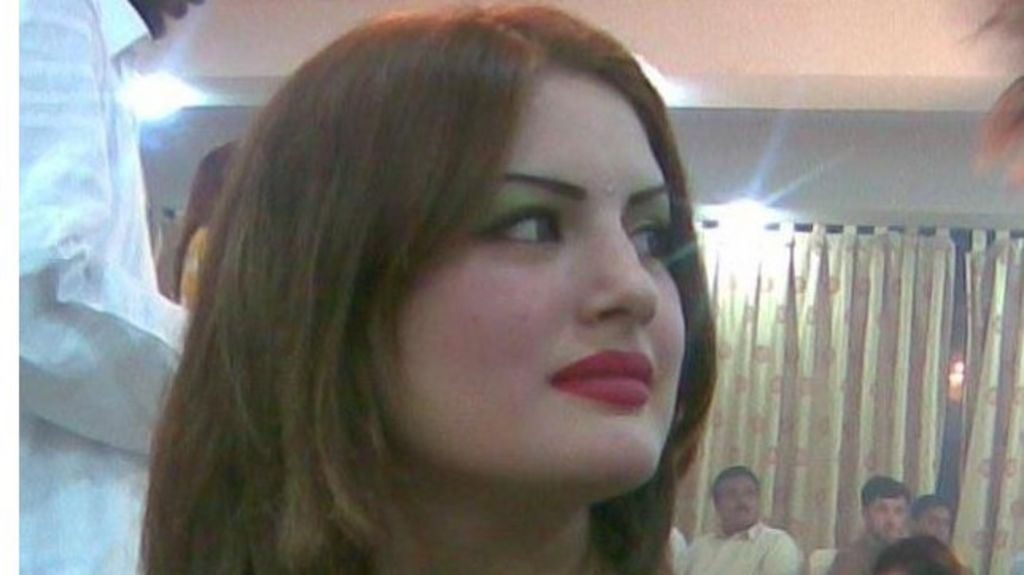 Pakistan's Ghazala Javed murder: Ex-husband to hang for killing singer - BBC News - _60996025_ghazalajaved1
