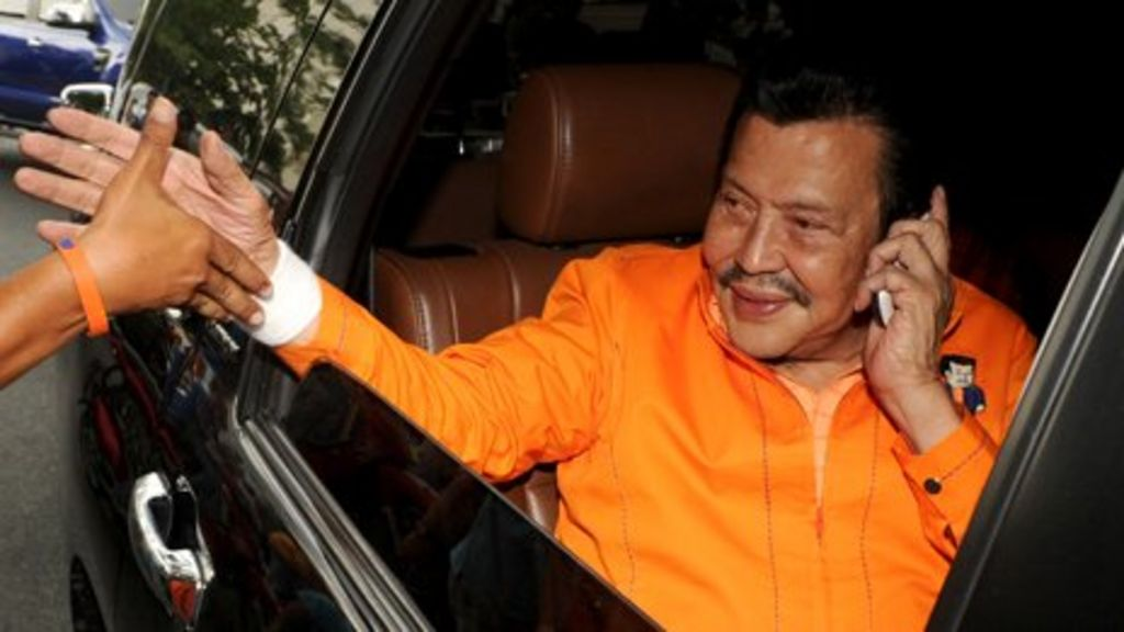 Joseph Estrada elected mayor of Manila - BBC News