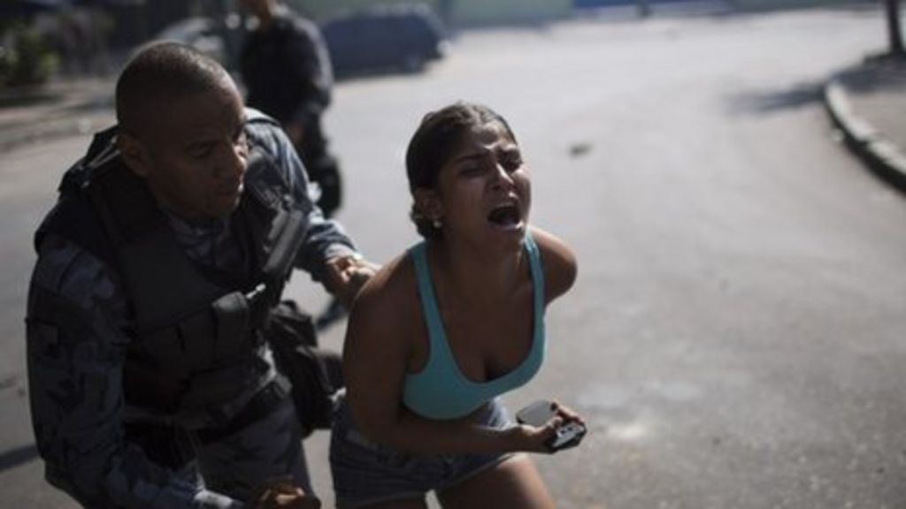 Clashes as police evict squatters in Rio de Janeiro - BBC News