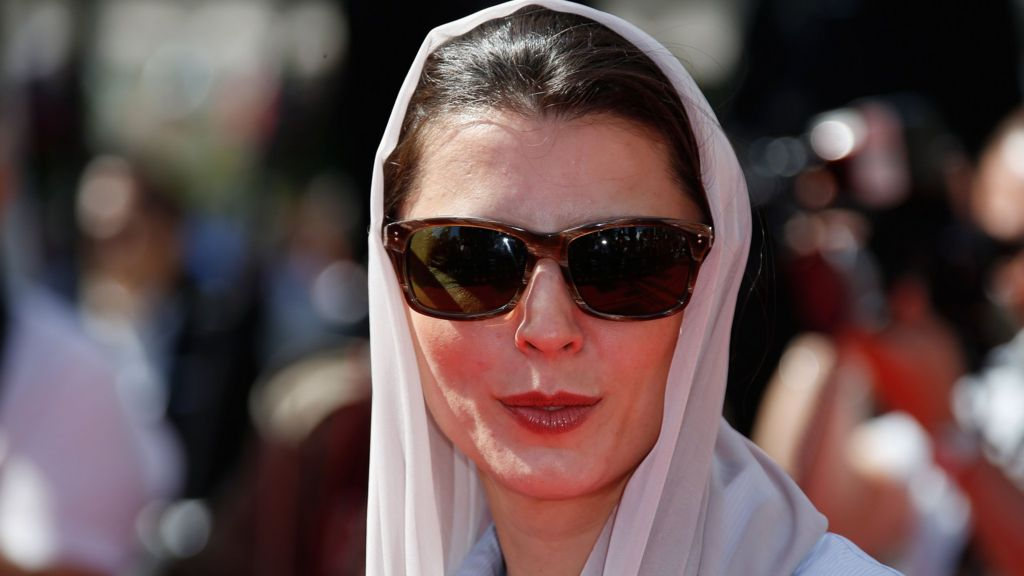 Iranian backlash over Leila Hatami Cannes kiss - BBC News