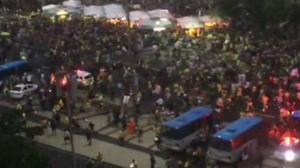 World Cup 2014: Panic as fans flee Copacabana beach - BBC News