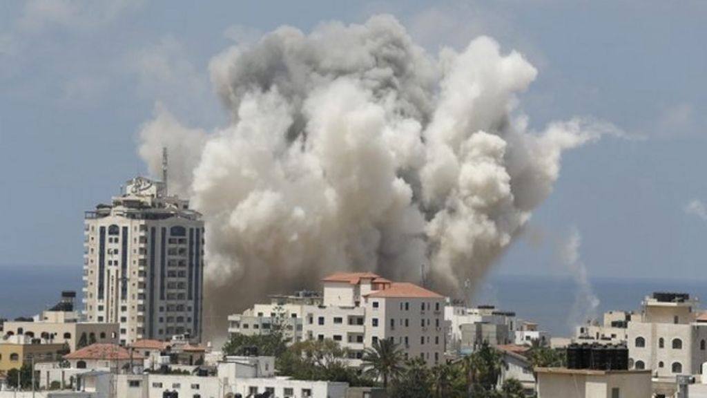 Gaza air strikes 'kill five' as rockets hit Israel - BBC News