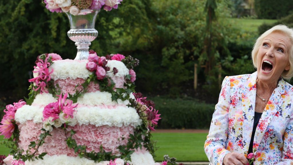 In pictures: Mary Berry opens RHS Wisley Flower Show - BBC News