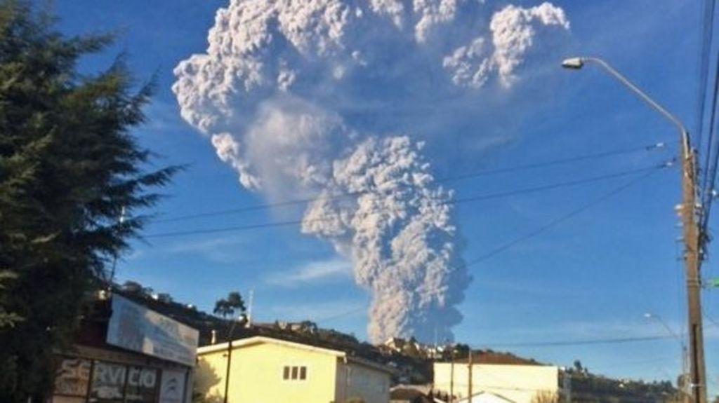 Evacuation as Calbuco volcano erupts in Chile - BBC News