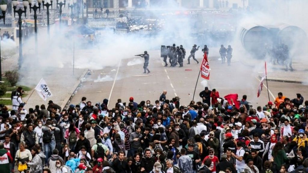 Violent clashes at Brazil teachers' protest in Curitiba - BBC News