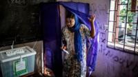 Dans un bureau de vote aux Comores lors des élections législatives
