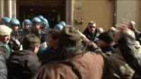 Taxi drivers clash with riot police in Rome